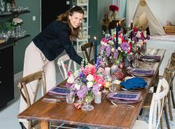 Dekorateurin beim Dekorieren der Hochzeitstafel