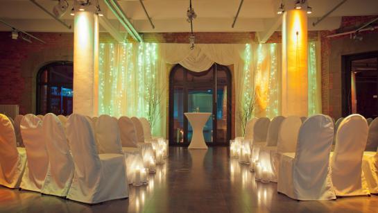 Aufbau für die Trauzeremonie in der Hochzeitslocation Berlin
