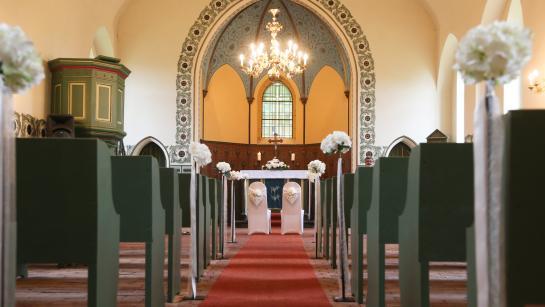 Trauung in der Feldsteinkirche vis à vis der Hochzeitslocation Schloss Wulkow