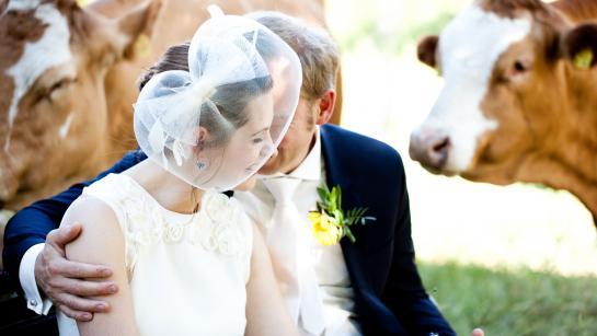 Brautpaar beim Fotoshooting in der Hochzeitslocation