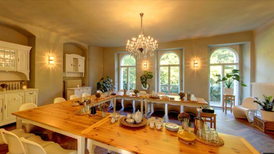 Raum für das Hochzeitsdinner oder die Bar nach dem Abendessen