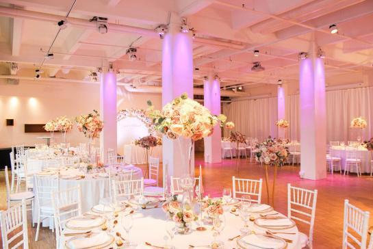 Festlicher Blumenschmuck für Dinnertische bei der Hochzeit in Berlin