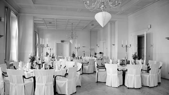 Bankettsaal vom Schloss Wulkow bestuhlt mit runden Banketttischen