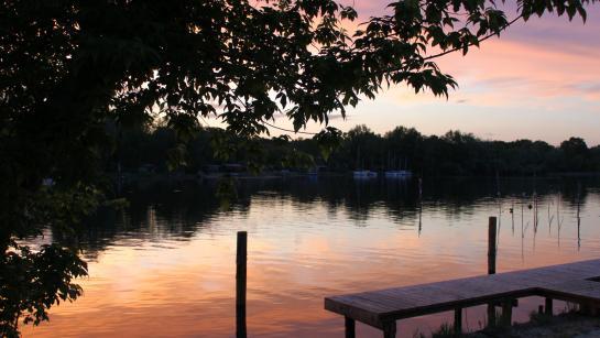 Blick auf den See von der Terrasse der Hochzeitslocation