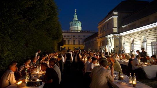 Hochzeitsgesellschaft im Außenbereich der Großen Orangerie, Hochzeitslocation Berlin, Engel 07