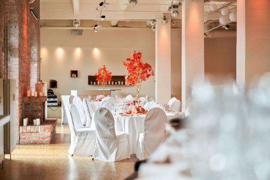 Herbstliche dekorierte Banketttische für Hochzeit in Berlin