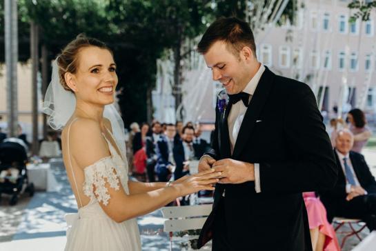 Brautpaar bei der freien Trauung in der Hochzeitslocation in Berlin