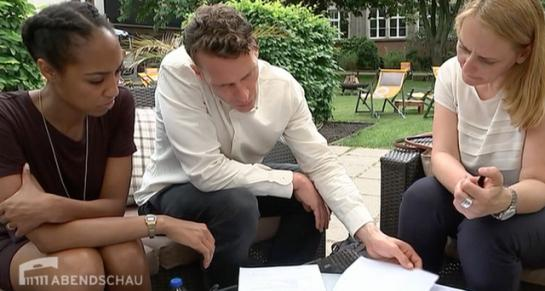 Brautpaar im Gespräch mit seinem Wedding Planner von Engel 07